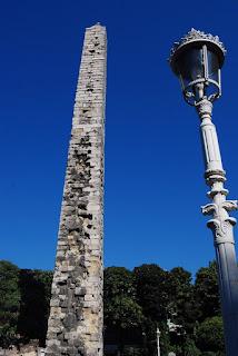 L'obélisque muré (à gauche), fait une hauteur de 32 mètres et est constitué de gros blocs.