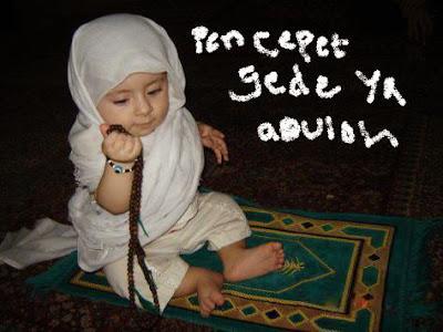 Anak kecil lucu sedang berdo'a