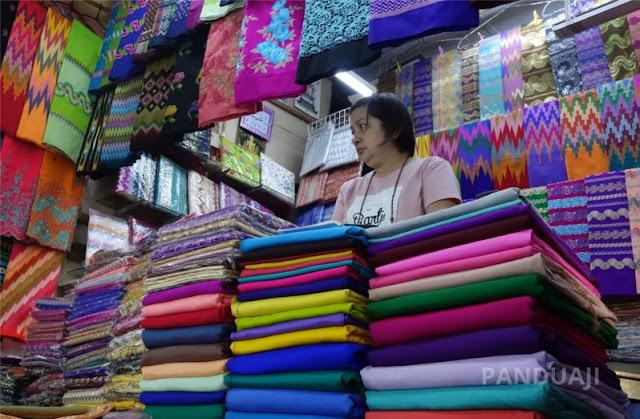 Penjual Longyi di Bogyoke Aung San Market Yangon