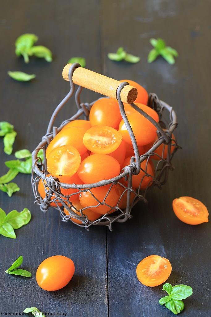 pomodorini datterini per bruschette con stracciatella e melanzane