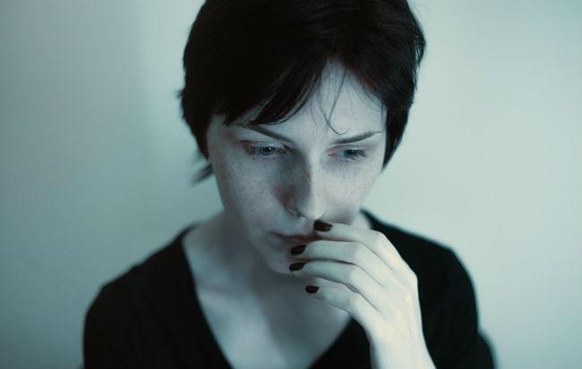 Donna con i sintomi della carenza di magnesio