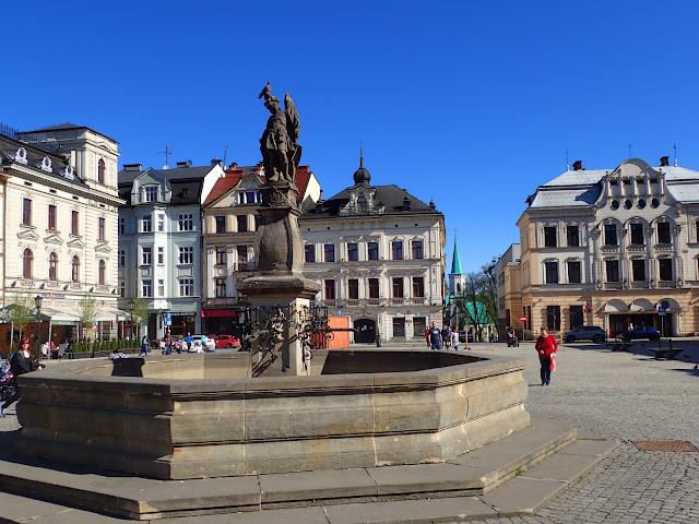 Rynek+pomnik+kamieniczki+piękna pogoda
