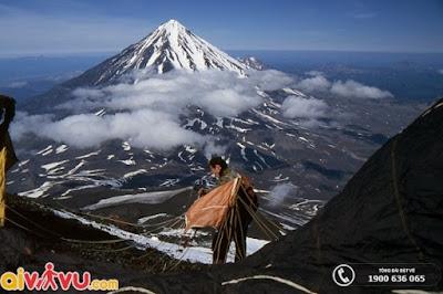 Người dân khám phá núi lửa Klyuchevskaya Sopka.