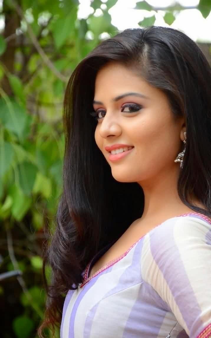 TV Anchor Sree Mukhi Latest Cute Smile Pics