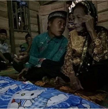 Lagi, dengan Mahar 200 Ribu Pemuda Ini Akhirnya Bisa Menikahi Seorang Nenek Pujaan Hatinya