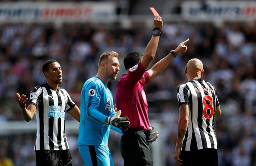 Newcastle 0-2 Tottenham: Quá may cho Gà trống 2