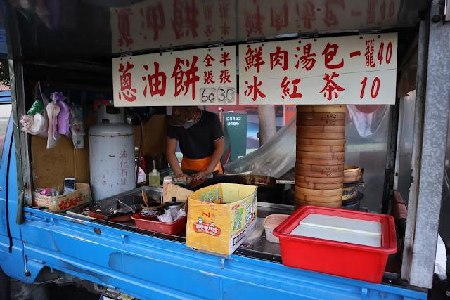 IMG 7710 - 【竹南美食】永貞路中華電信前的好吃蔥油餅,就連食尚玩家也推薦,當地人的最愛的下午點心,旁邊的餡之香也是一級棒!