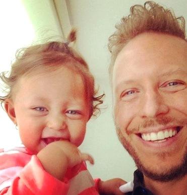 Foto de Noel Schajris feliz con su hija