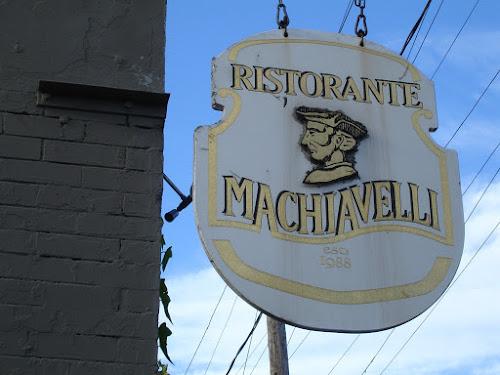 Placa do restaurante Maquiavel, na Itália. Não tem erro!