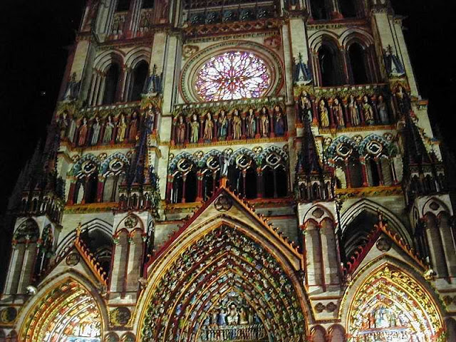 Catedral de Amiens, colorida com jatos de luz na noite