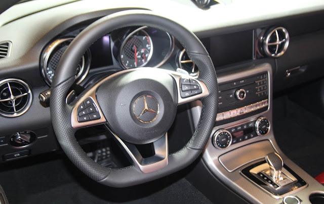 Vô lăng Mercedes AMG SLC 43 thiết kế 3 chấu thể thao
