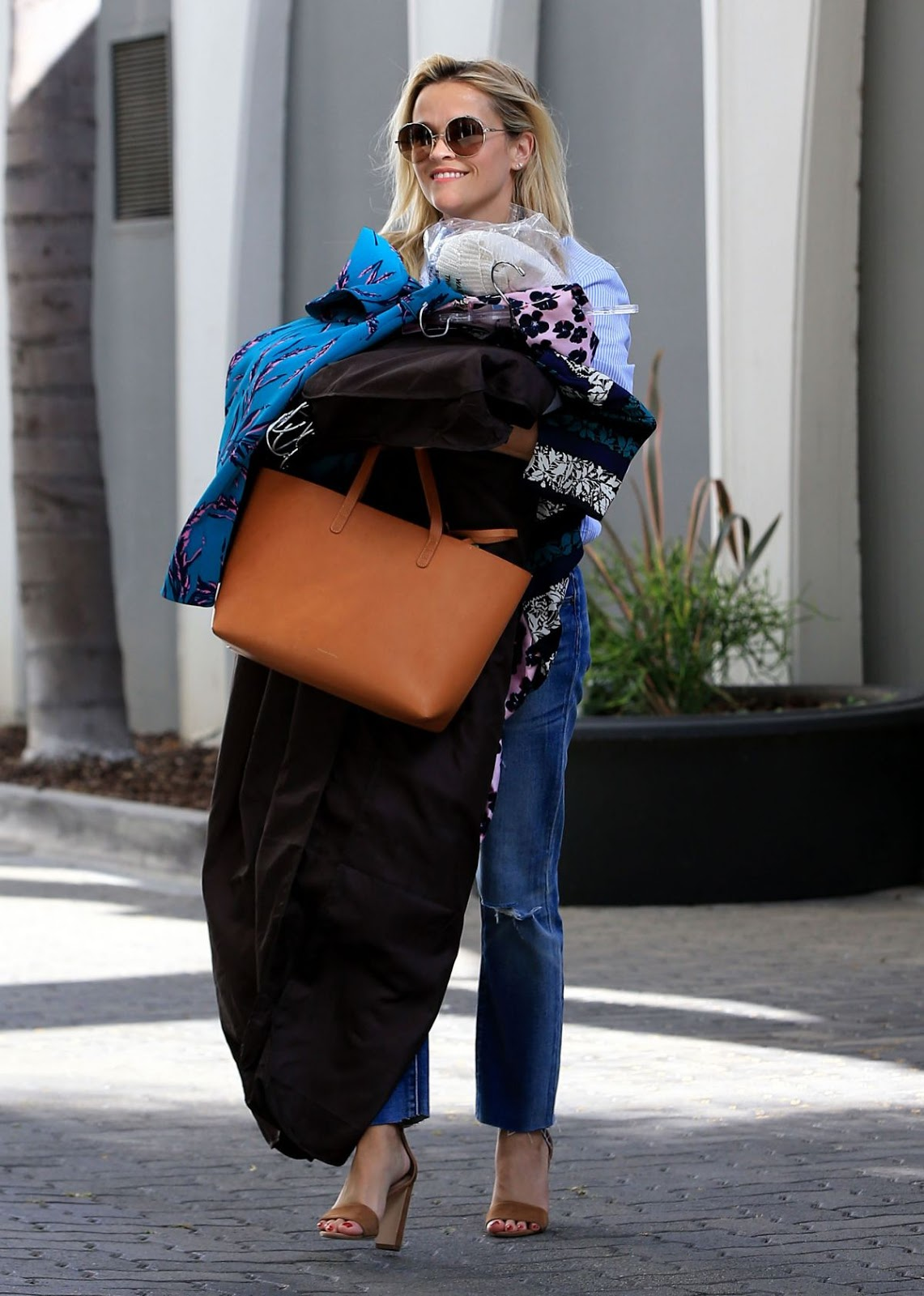 HD Photos Reese Witherspoon Leaves her Los Angeles Office