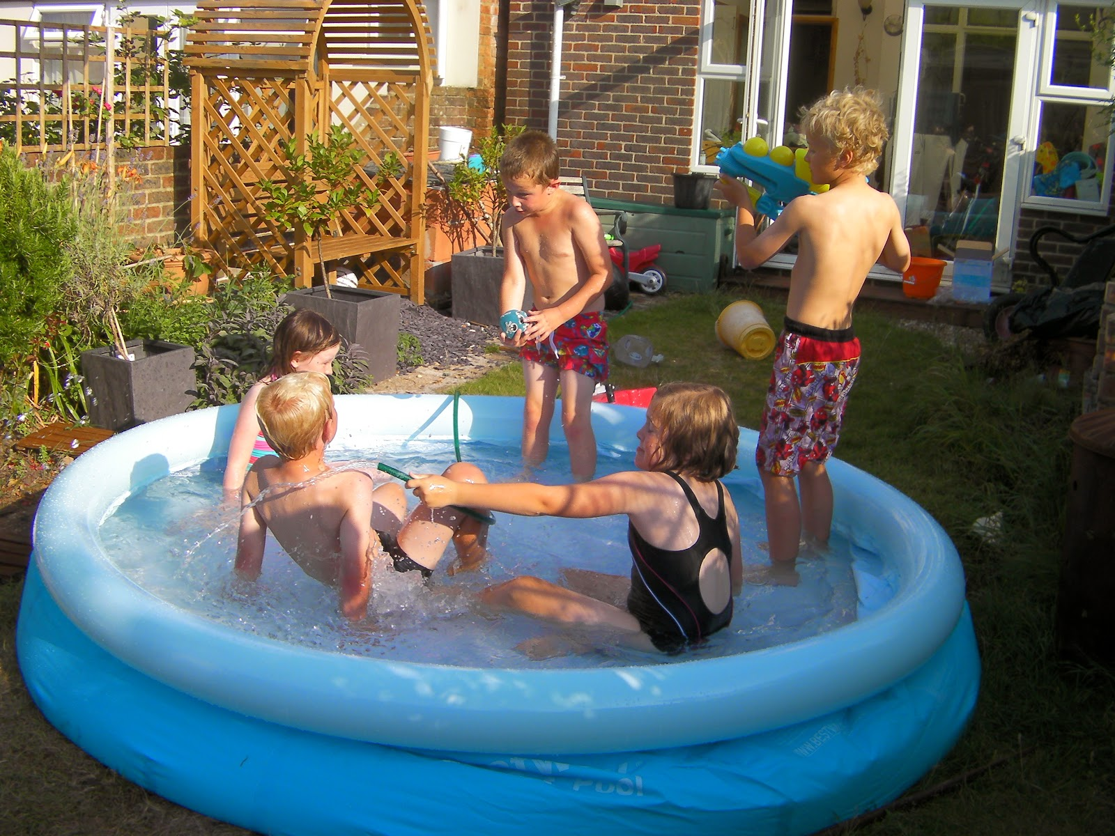hosepipe games water pistol rifle in paddling pool