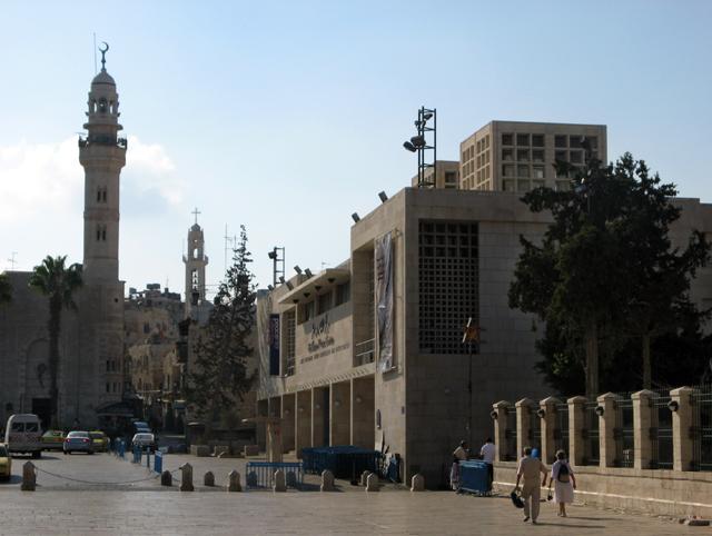 Mezquita de Omar y Centro de la Paz (dcha.), en la Plaza del Pesebre de la ciudad de Belén