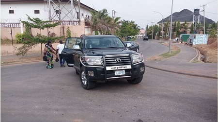Amaechi Gives Stranded Abuja Public Servants a Lift in His Convoy (Photos)