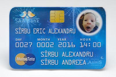 Invitatie botez haioasa pentru baietel sub forma de card bancar albastru cu poza amuzanta a bebelusului