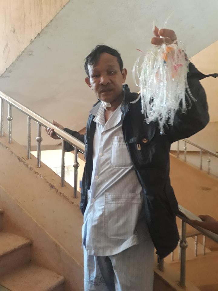 Gia Lai: Câu chuyện cảm động về người đàn ông ngày ngày thắt cá nhựa kiếm tiền... chạy thận