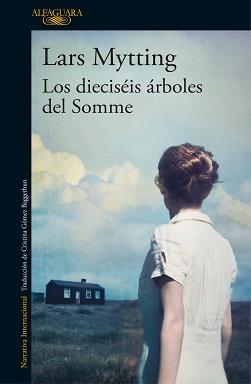 Portada de Los dieciséis árboles del Somme de Lars Mytting, donde se ve una muchacha en vestido blanco mirando hacia una casa de madera al fondo.