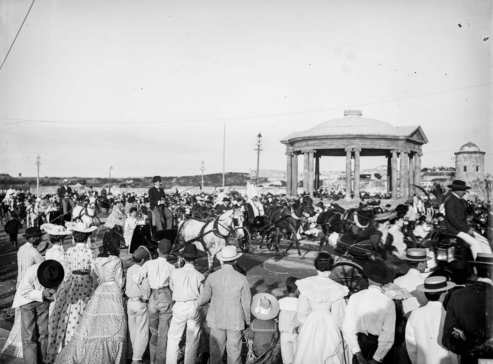 Crowds on the Malecón. 1890.