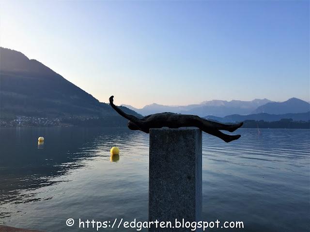 Schwimmer aus Bronze - Skulptur am See in Merlischachen