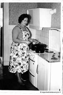 Photo de famille noir et blanc, femme en cuisine 1960
