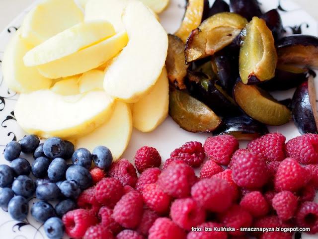 owocowe lato, ciasto z owocami, biszkopt z owocami, ciasto biszkoptowe, maliny, sliwki, jablko, borowki, lato