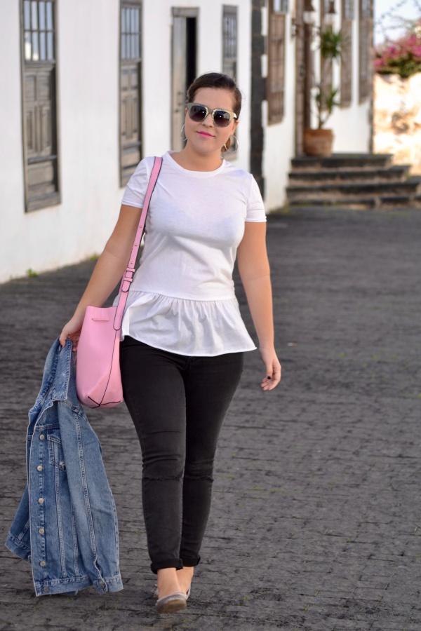 look_camiseta_volante_dresslily_bolso_rosa_chaqueta_vaquera_lolalolailo_09