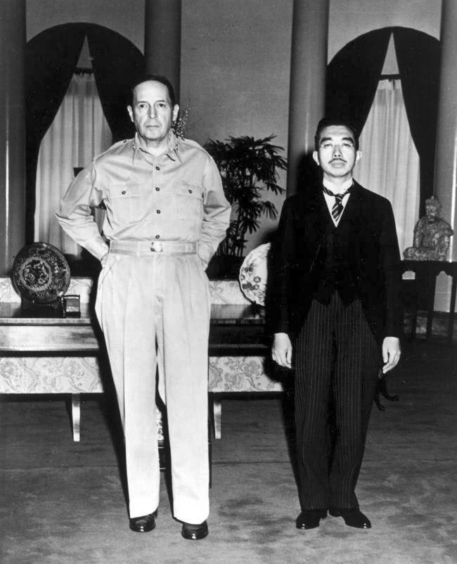 ダグラス・マッカーサーGHQ総司令官と昭和天皇