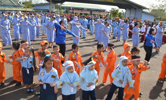 JOGET GEMBIRA . Suasana selebrasi INDONESIA JAYA 2017 juga diisi dengan kegiatan joet bersama dengan riang gembira. Foto Kapentak Danlanud Supadio