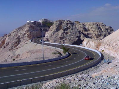 A estrada na Montanha de Jebel Hafeet - Emirados Árabes