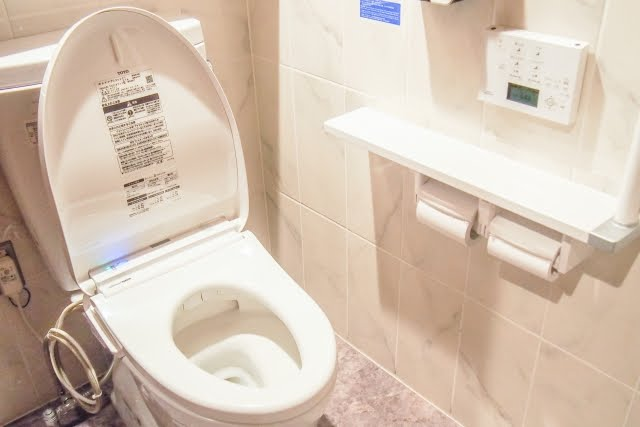 寒いトイレ対策にセラミックヒーターを置くと、世界が変わる。