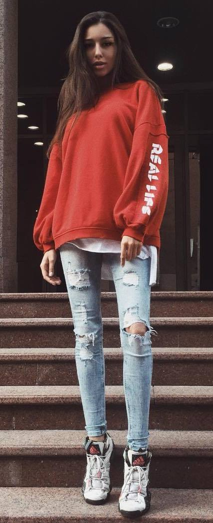 outfit of the day_red sweatshirt + ripped jeans + sneakers