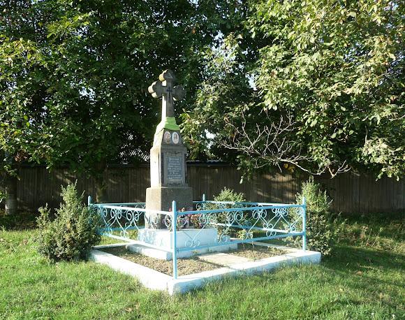 Лунка. Герцаївський район. Придорожній хрест