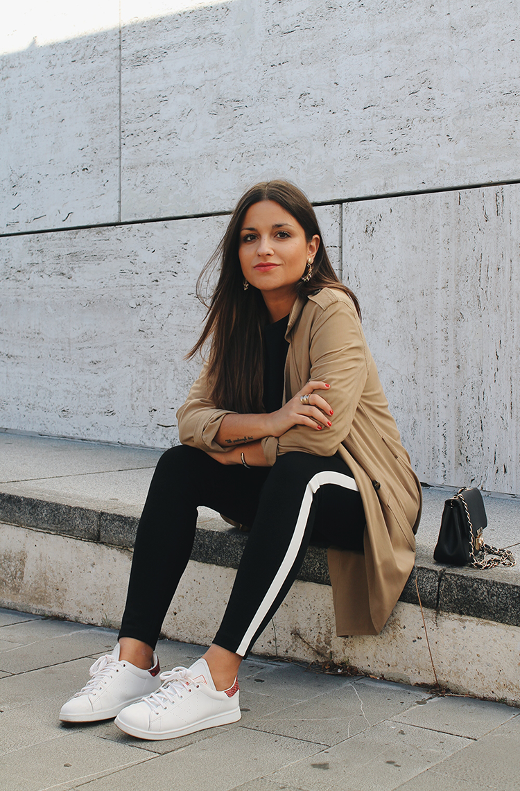 Look con trench, leggins zara y zapatillas