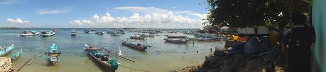 Pinggir pulau menuju dermaga, tampak kapal-kapal warga yang hampir semuanya berprofesi sebagai nelayan