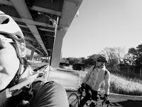 自転車にマタガル私と旦那