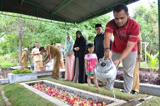 Pejabat Pemerintah Kota Banda Aceh Berdoa di Makam Mawardi Nurdin