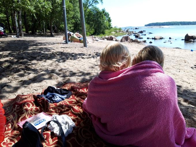 Lauttasaaren uimaranta, lasten kanssa uimassa Helsingissä
