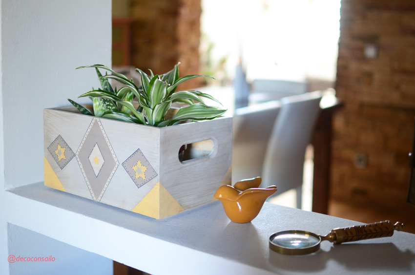 caja de madera decorada con pintura a la tiza