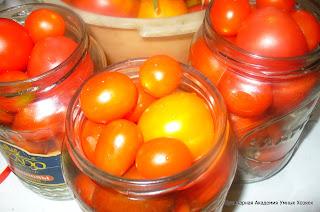 банки заполнили помидорами