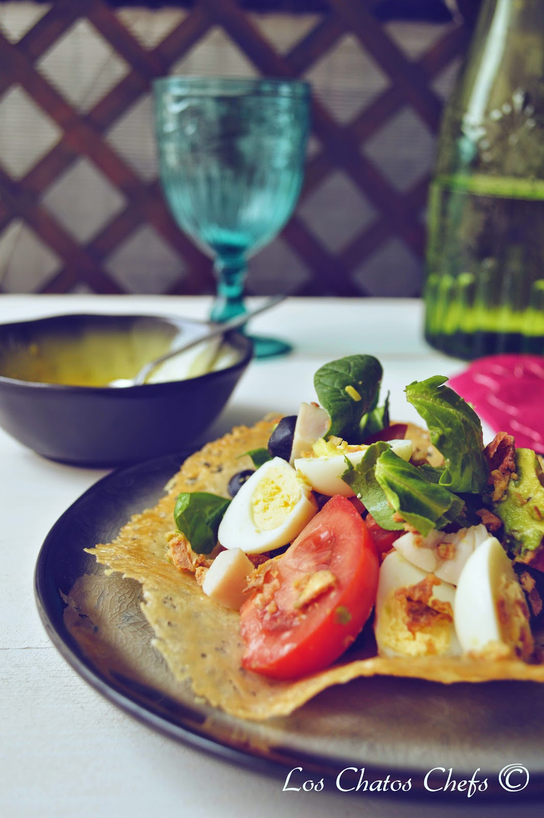 ensalada en plato de parmesano