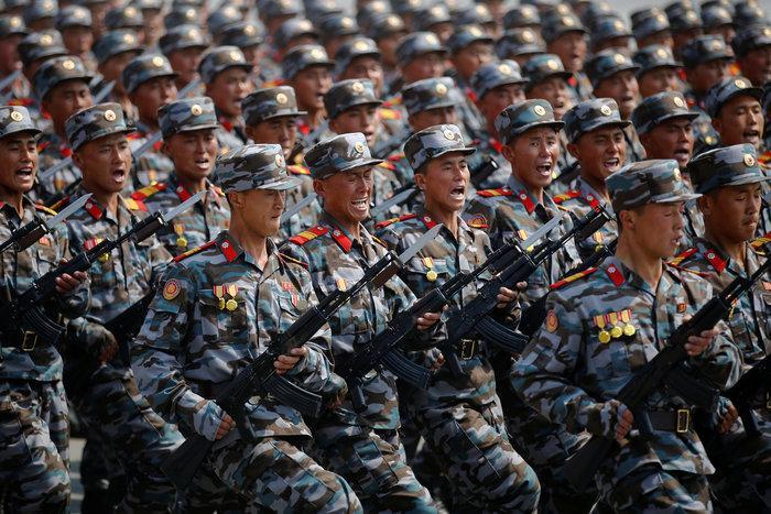 Ψεύτικα τα όπλα στην παρέλαση της Βόρειας Κορέας; (Εικόνες)