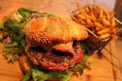 mega cheese burger des fils et ses frites super bonnes