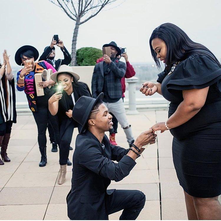 .: Man Kneels To Propose To His Big Girlfriend. (Photos