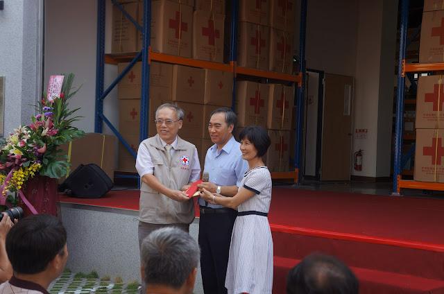台灣菸酒公司吳容輝董事長賢伉儷捐贈本會新台幣十萬元由鄭木益會長帶表接受