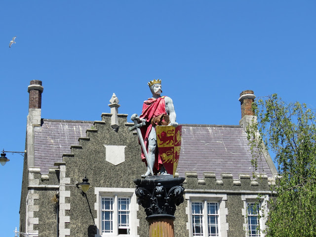 North Wales Points of Interest: Statue of a king in Conwy