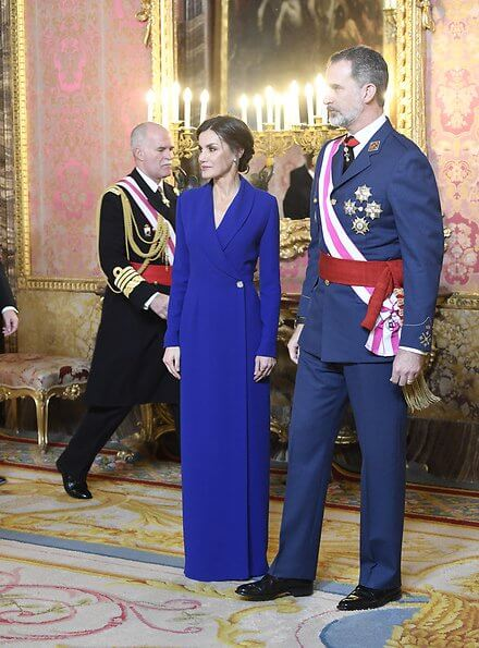 Queen Letizia wears the sapphire and diamond earrings of María de las Mercedes, Bvlgari. Queen wore a carli navy blue long dress by LoLa Li