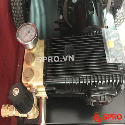 Đầu bơm và đồng hồ đo của máy rửa xe p100-3015
