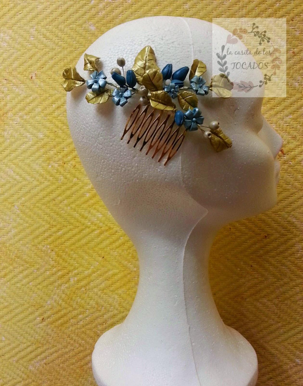 peineta para invitada de boda realizada en colores turquesa y dorado con porcelana fría