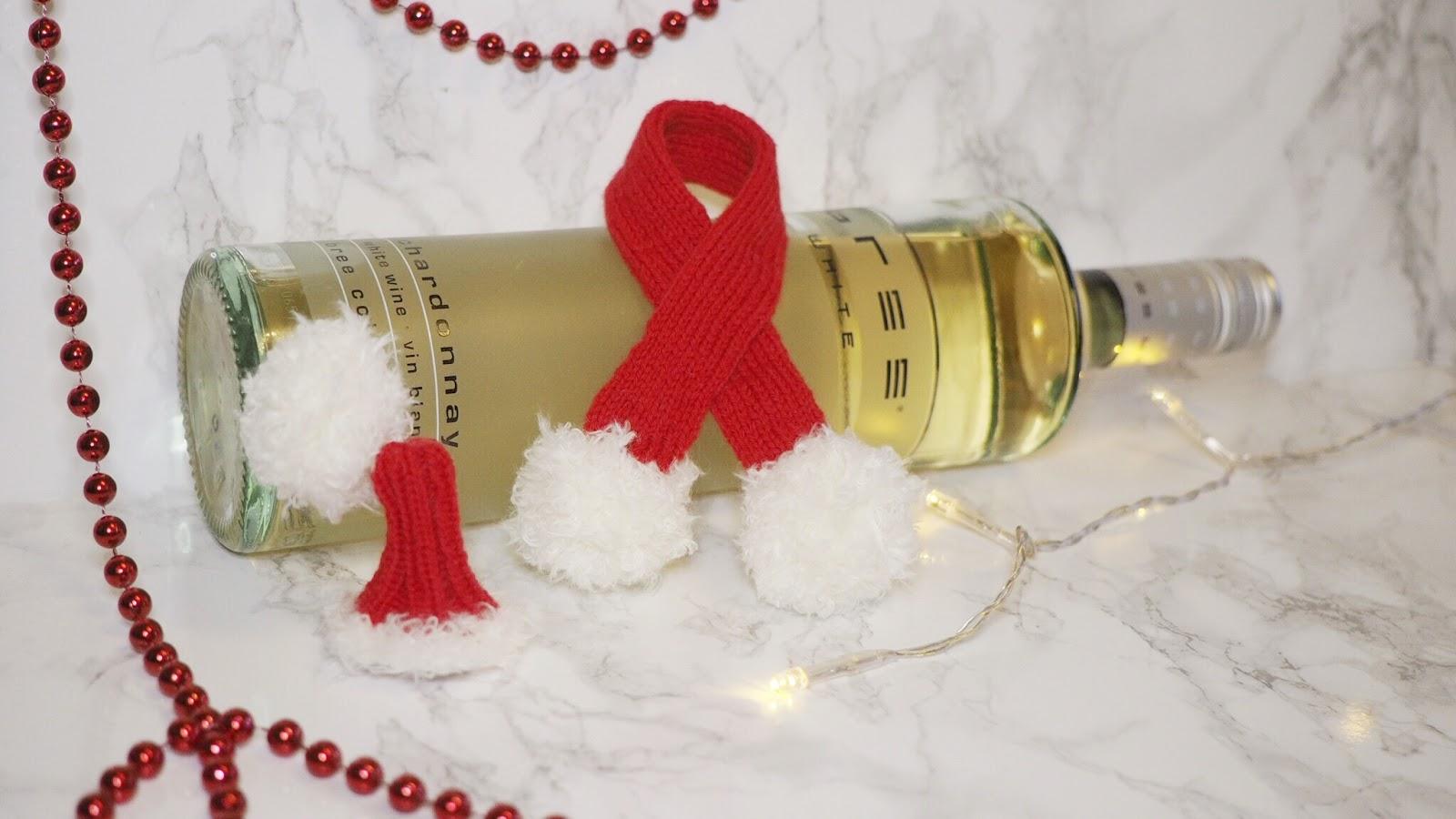 Mütze und Schal als Verpackung für Bree Wein